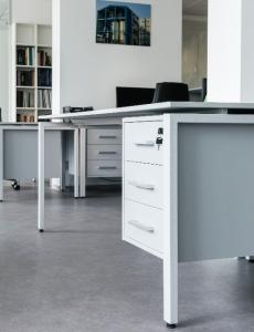 Стол и тумба AIR в офисном помещении компании УТК