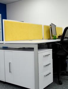Офисный стол с экраном в компании Be Consulting