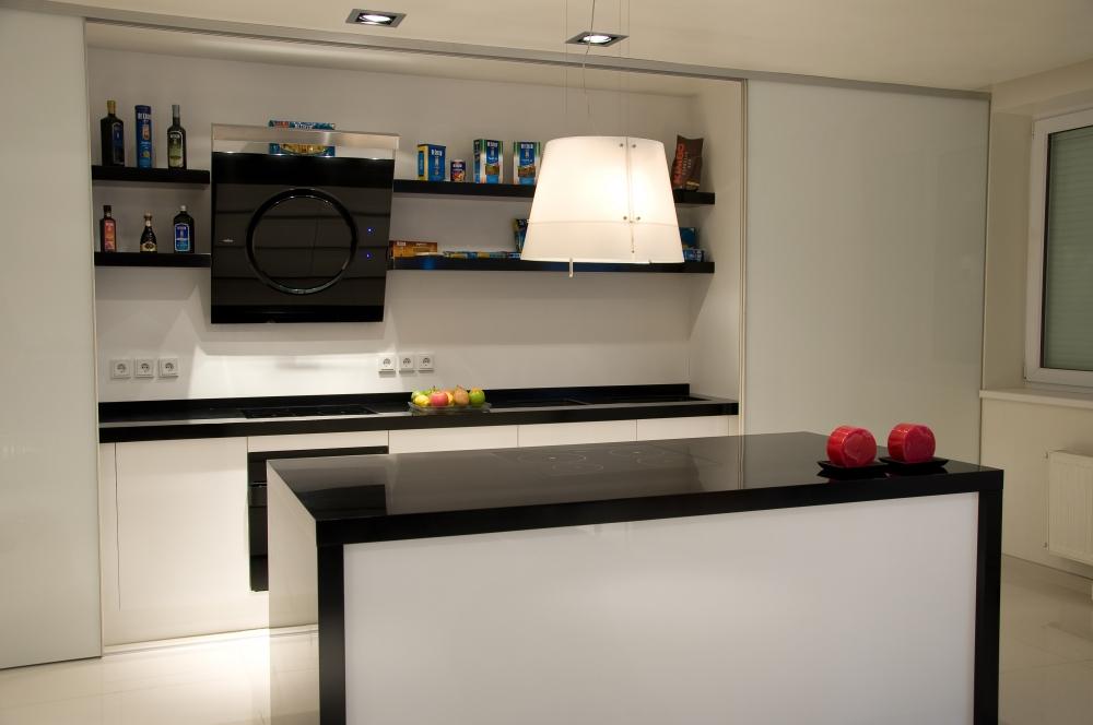 Белая кухонная мебель с черными акцентами