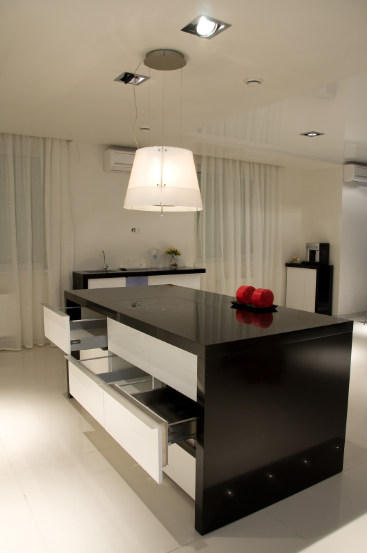 Черный кухонный стол с белым фасадом