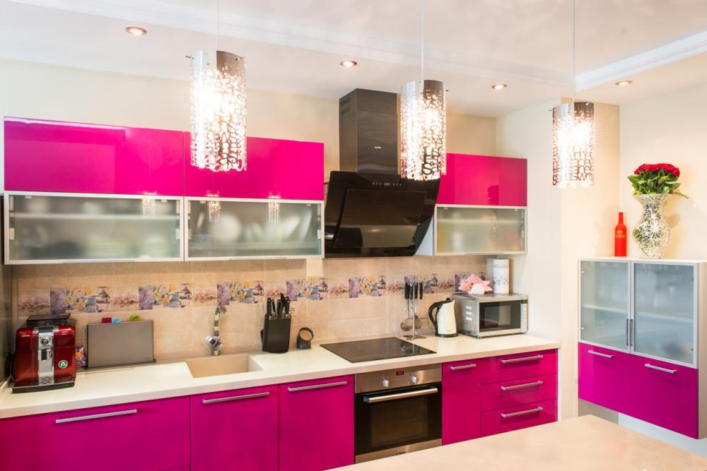 Кухонная мебель с розовым фасадом