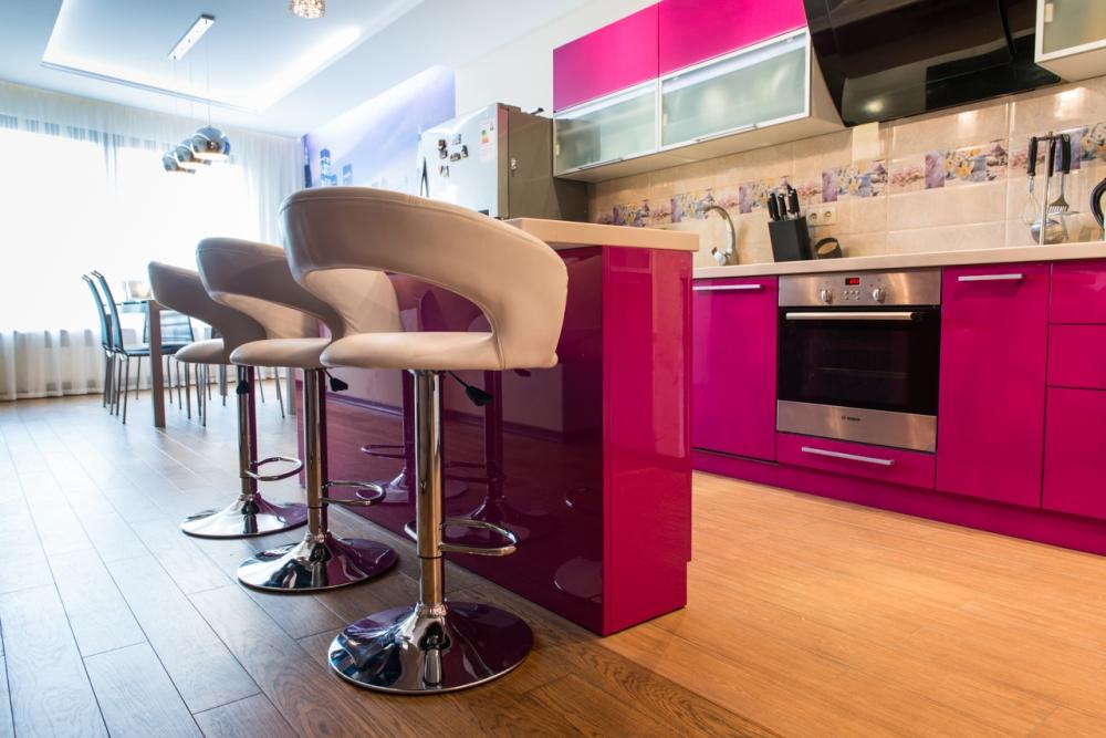 Кухня с розовым фасадом и светлой столешницей
