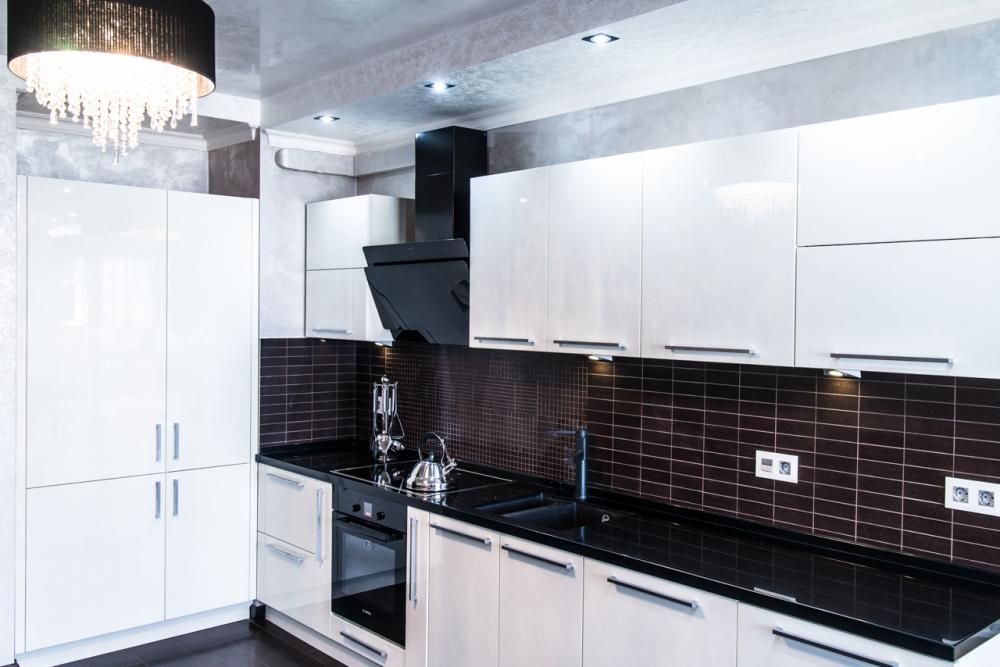 Пример белой кухни с темной рабочей поверхностью