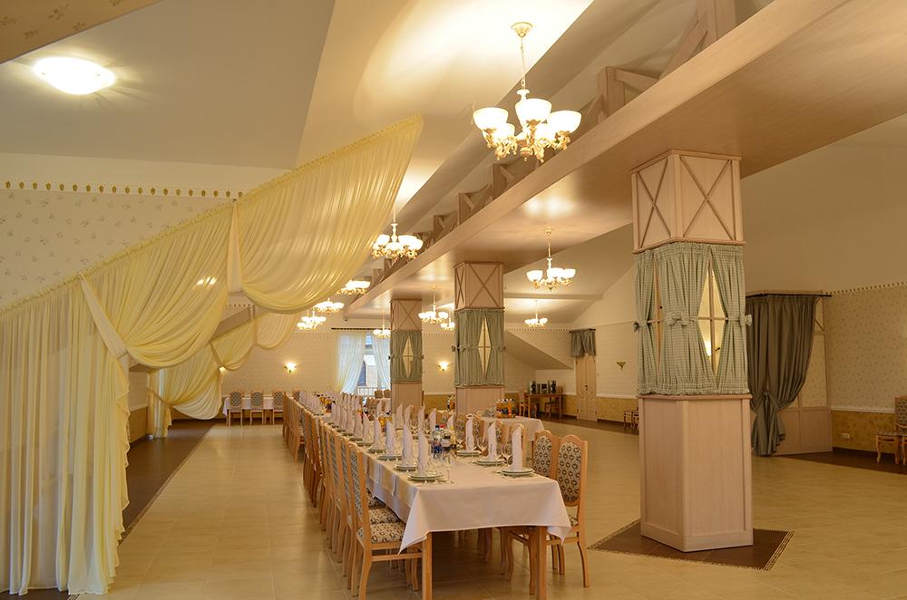 Ресторан Roman'S - столы и стулья в банкетном зале