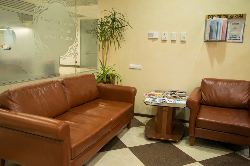 Пример обустройства уголка с мягкой мебелью