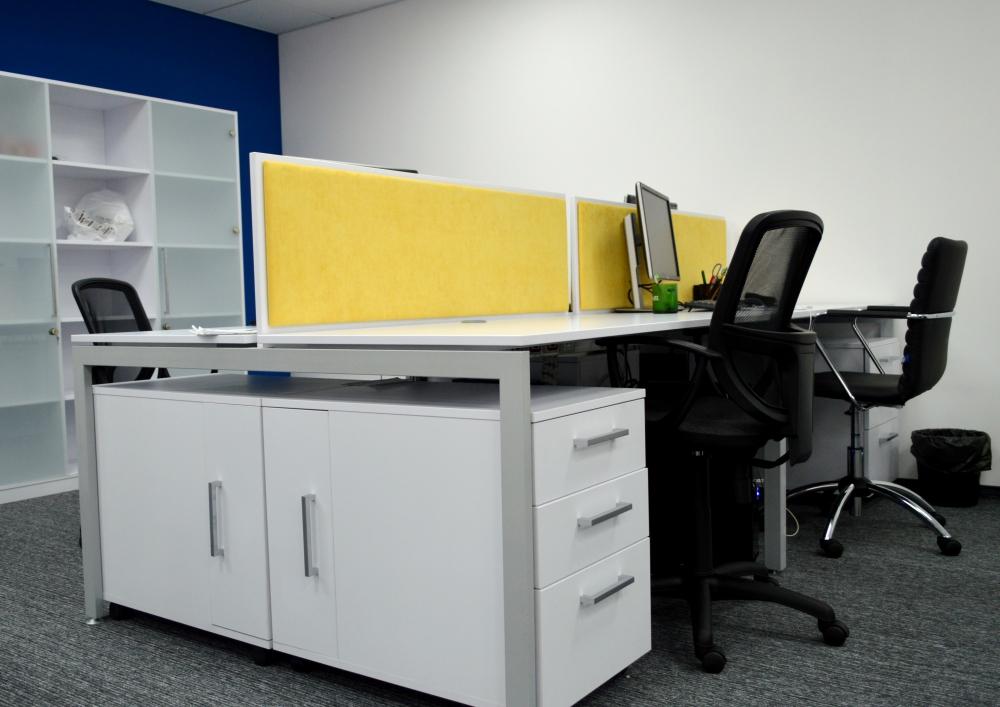 Рабочее место сотрудника: стол с экраном, стул и тумба