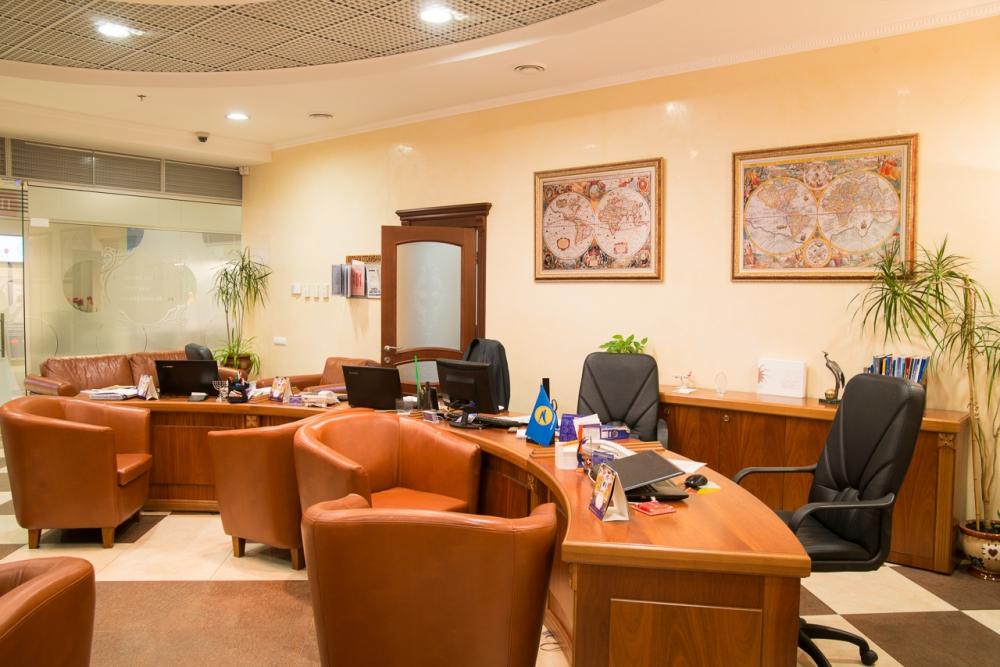 Удобное рабочее место и кресла для клиентов