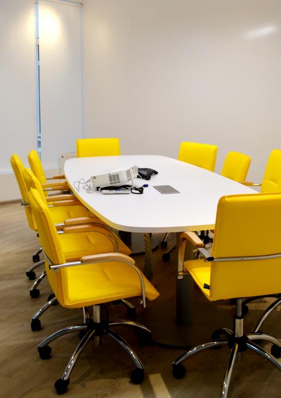 Переговорная комната укомплектована мебелью ZEST