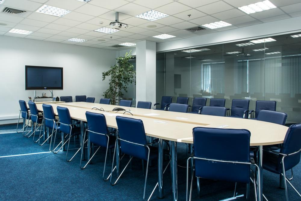 Овальный стол для конференций с вырезом и комплектация стульями для офиса