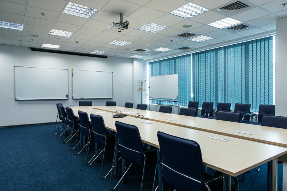 Комната для конференций укомплектована столом с вырезом и стульями