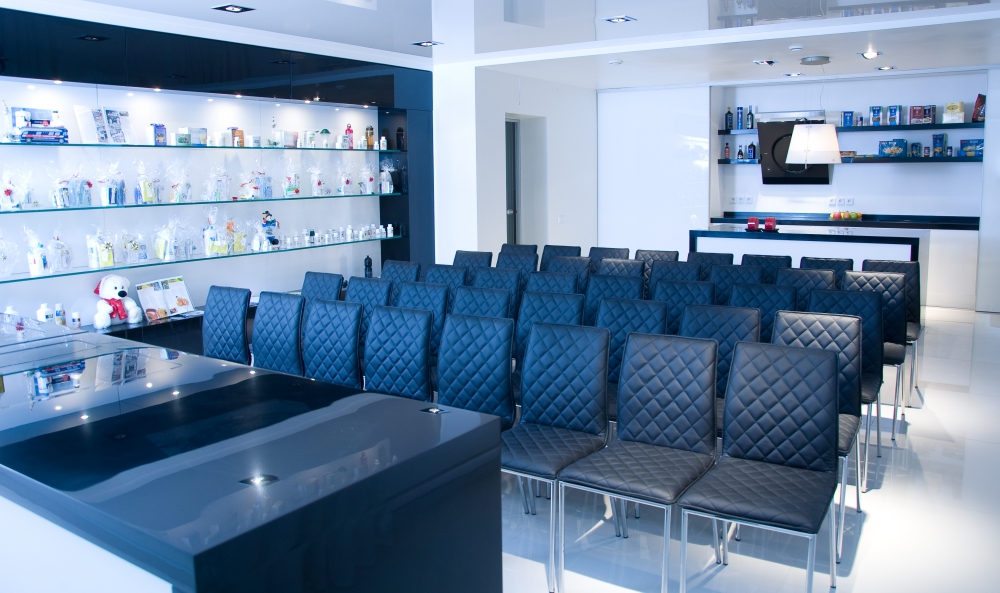 Комплектация зала для конференций стульями для большого количества гостей