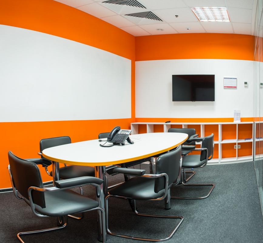 Комната для совещаний: овальный стол и стулья для офиса