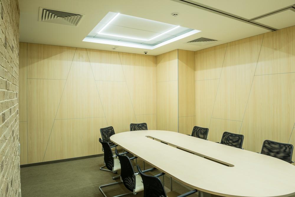 Комплектация переговорной комнаты конференц столом с вырезом