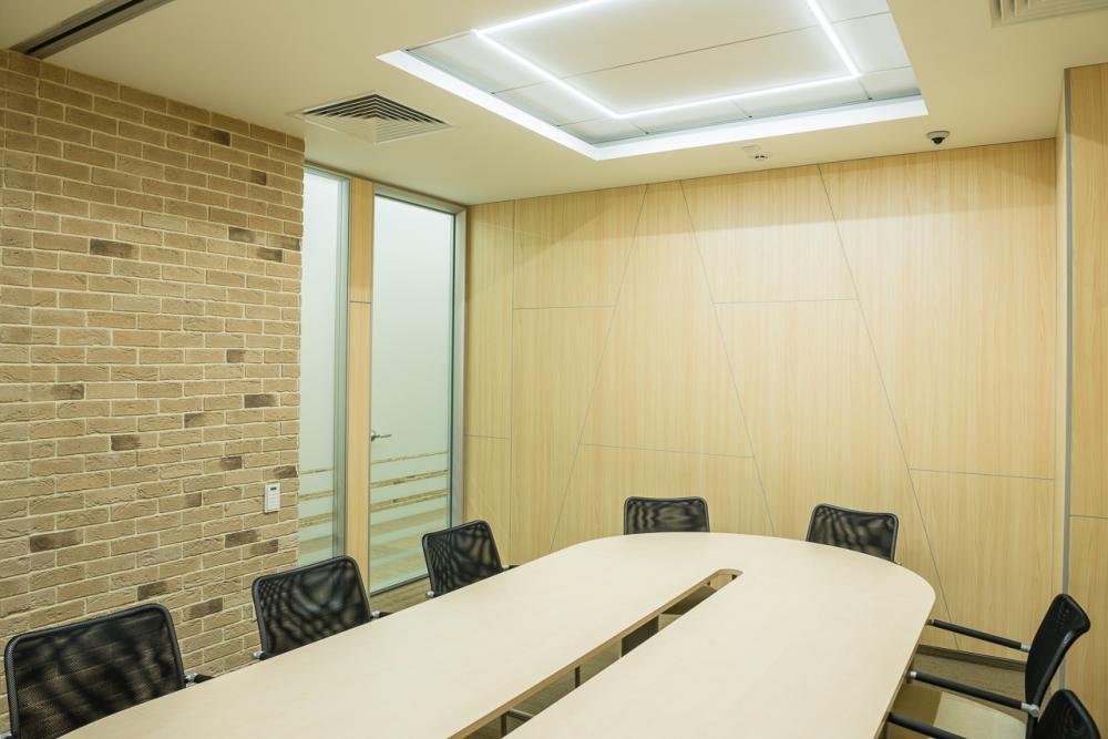 Пример меблирования комната для переговоров и совещаний
