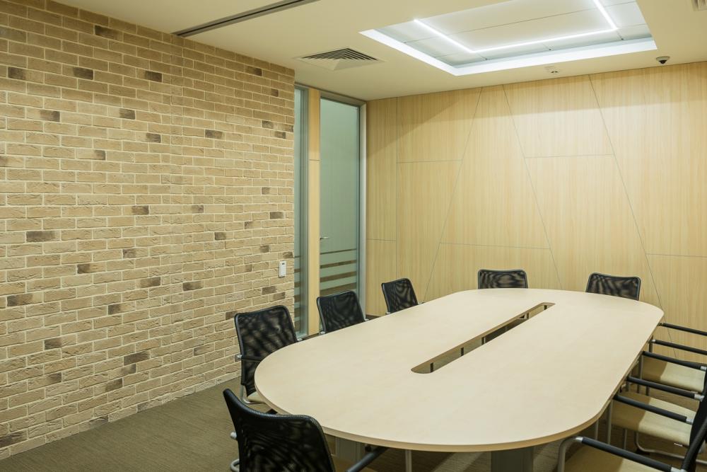 Переговорная комната в офисе: овальный стол и эргономичные офисные стулья