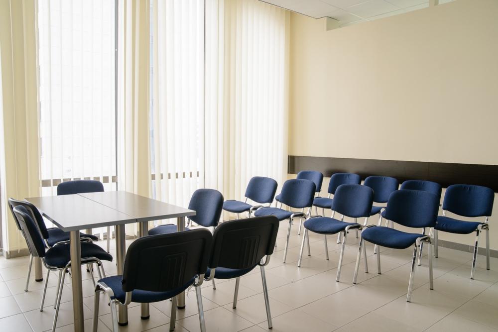Расстановка офисных стульев для совещаний, презентаций  и конференций