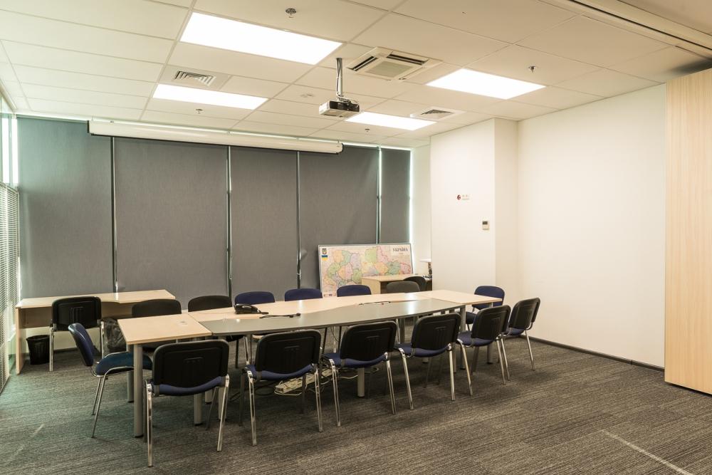Большой составной стол для переговорной комнаты из МДФ и массивной столешници
