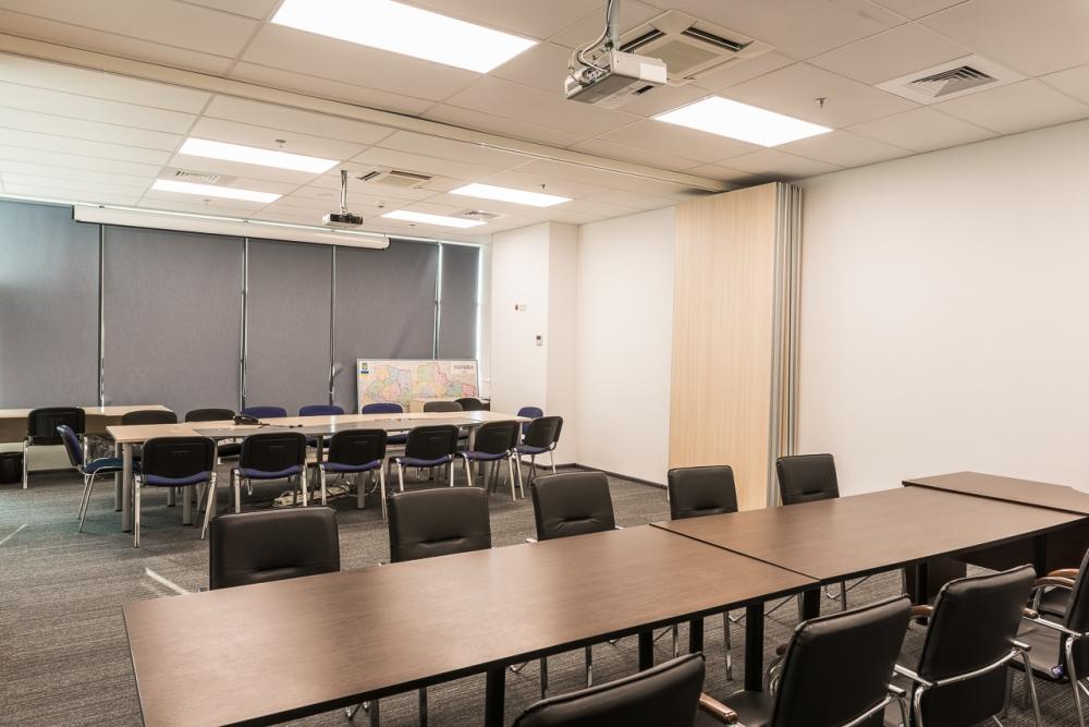 Стол для комнаты в офисное помещение удачно компонирует с интерьером