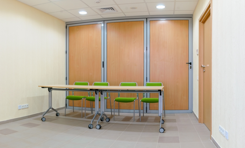 Мобильный передвижной стол для переговорной