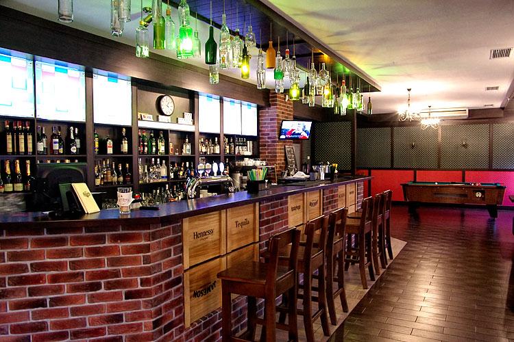 Зона у барной стойки ресторана Roman'S