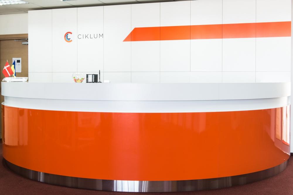 Рецеция для главного офиса компании Ciklum. Материал: Металл, крашеный МДФ, пластик