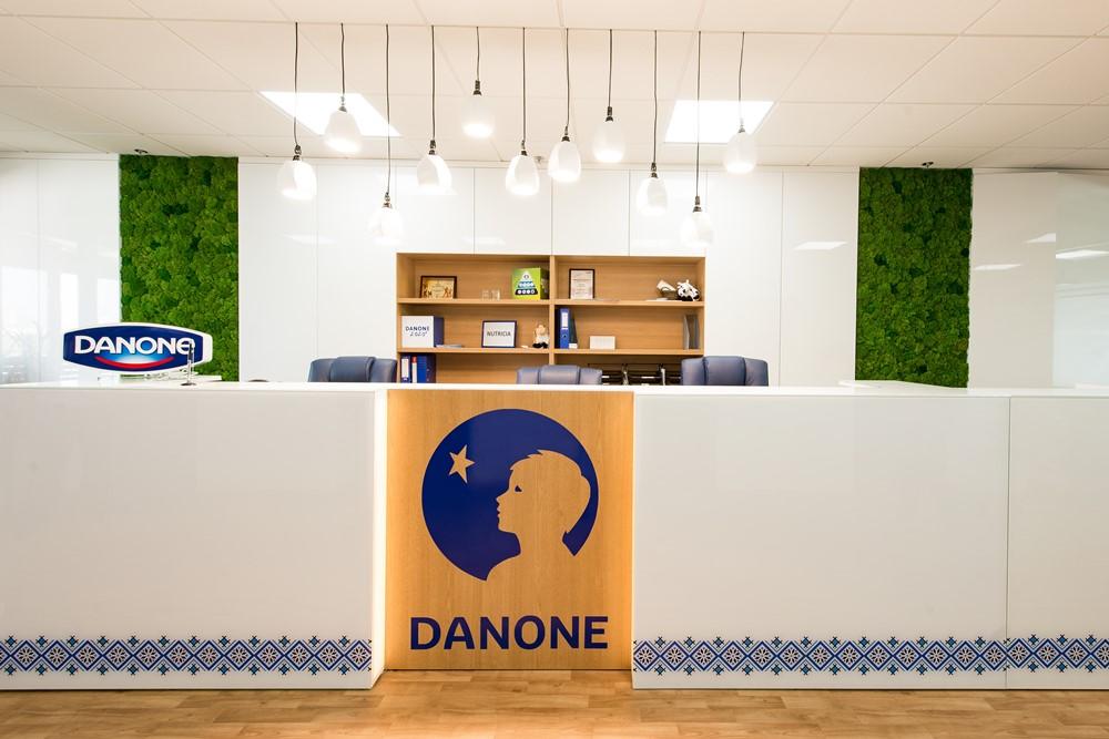 Стойка рецепции киевского офиса компании Danone из  пластика и стекла