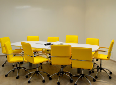 небольшой стол для переговорной комнаты