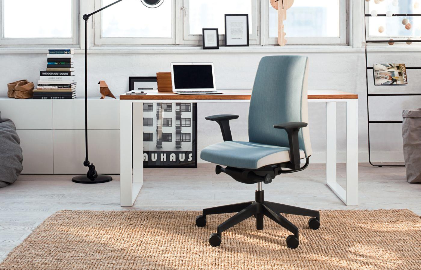 кресла и стулья в офис