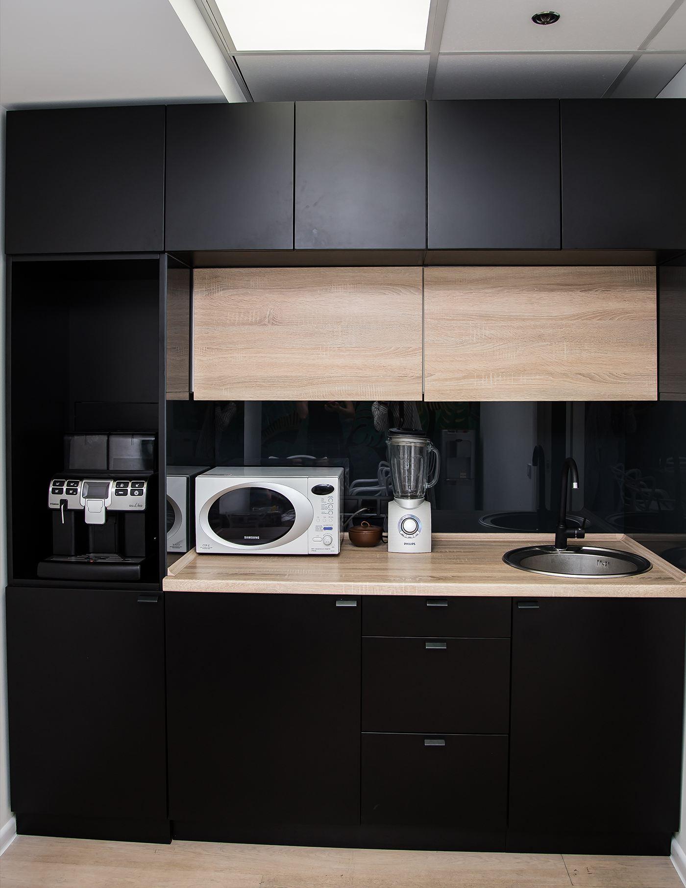 на темных фасадах кухни не так видны разводы и отпечатки