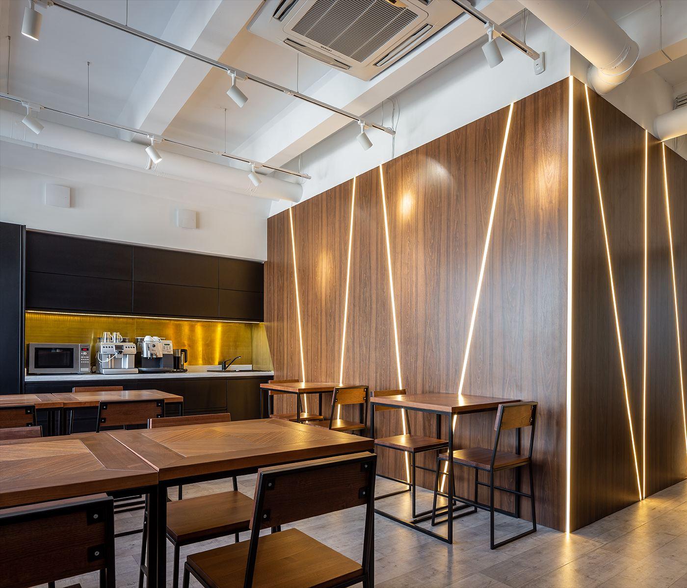 кухня с декоративными панелями и лед-подсветкой
